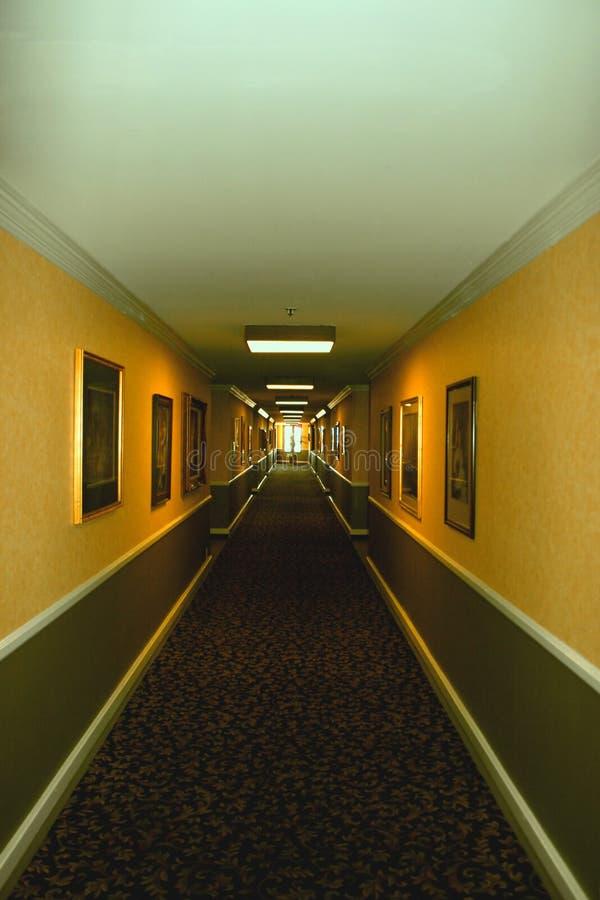 Corridoio lungo dell'hotel fotografie stock libere da diritti