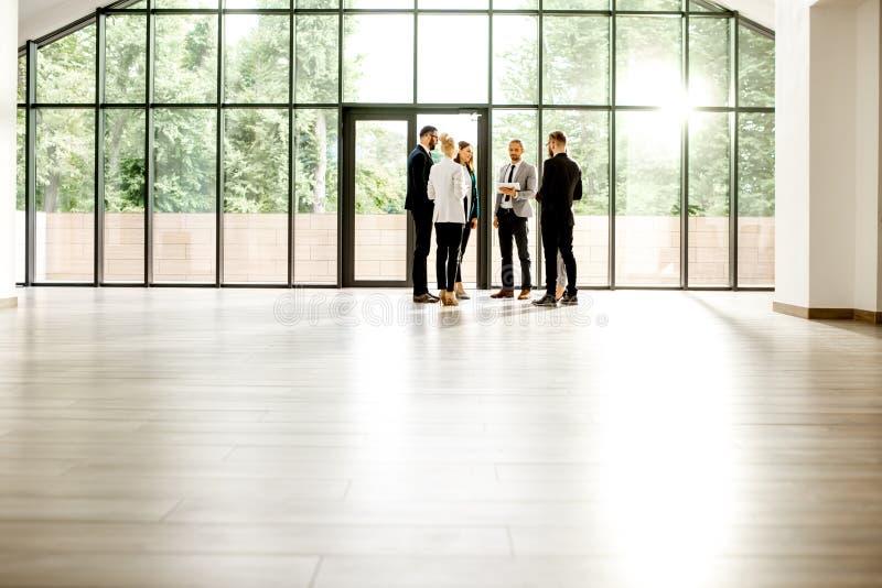 Corridoio moderno dell'ufficio con la gente di affari immagine stock