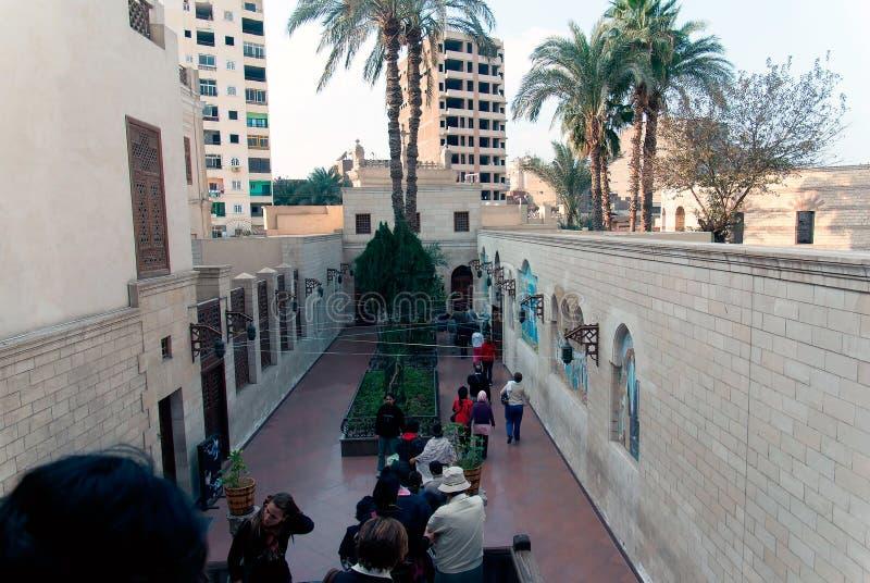 Corridoio piastrellato all'entrata di piccola chiesa copta con un portico di legno della colonna nel quarto cristiano di Il Cairo immagini stock
