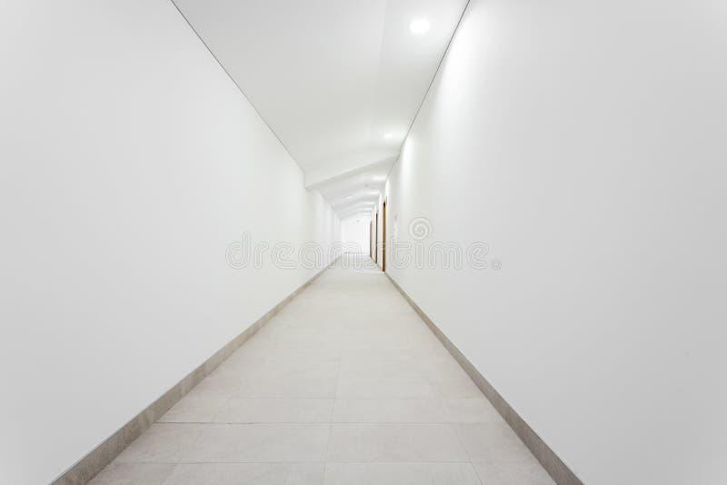 Corridoio pulito bianco lungo fotografie stock