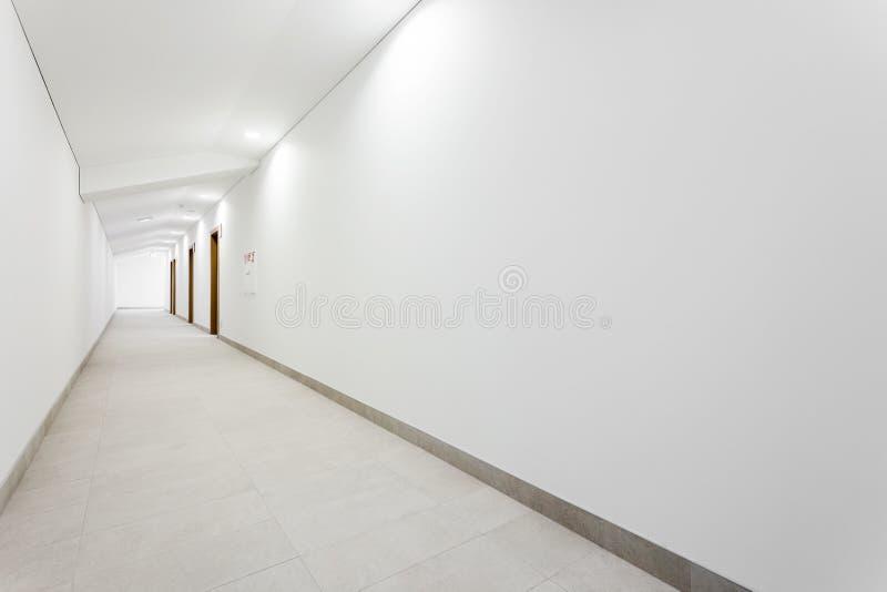 Corridoio pulito bianco lungo immagini stock