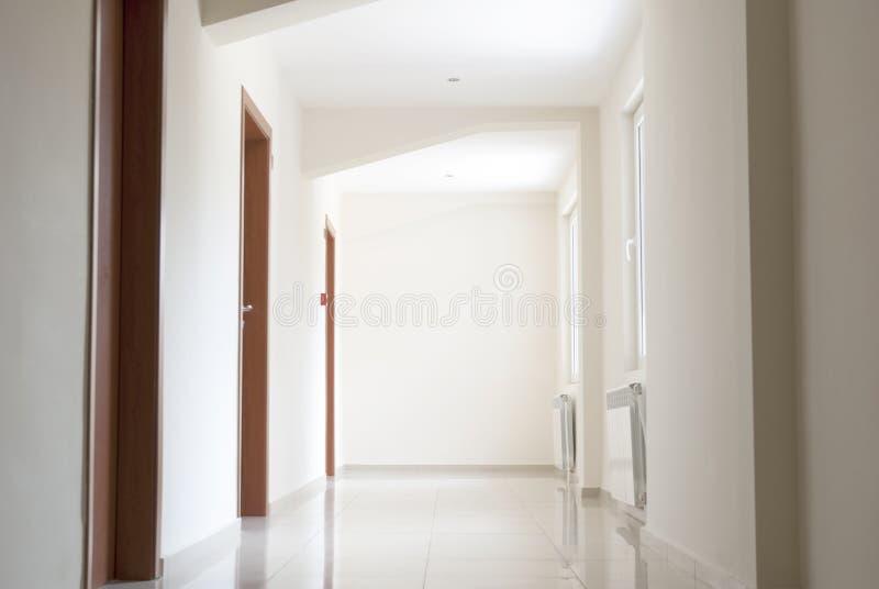 Corridoio semplice vuoto dell'hotel fotografie stock libere da diritti