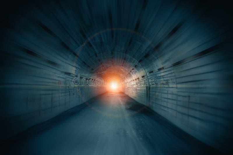 Corridoio sotterraneo astratto delle acque luride o del tunnel con luce in estremità e nell'effetto del mosso fotografia stock