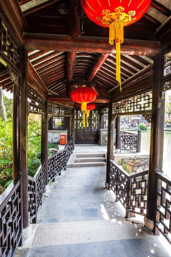 Corridoio-un lungo delle costruzioni classiche cinesi del giardino fotografia stock libera da diritti