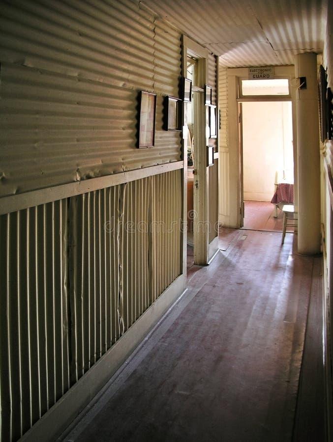 Corridoio in un vecchio hotel frequentato immagini stock
