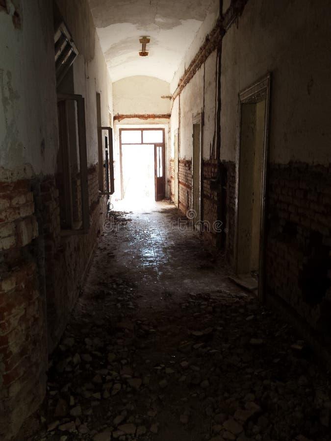 Corridoio in un vecchio hotel - urbex immagini stock
