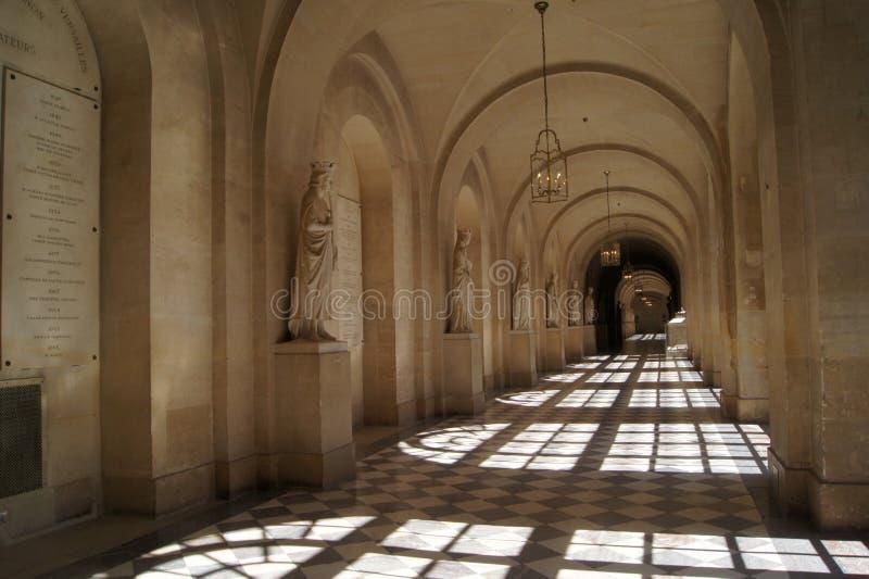 Corridoio vuoto con le statue di marmo al palazzo di Versailles P immagini stock libere da diritti
