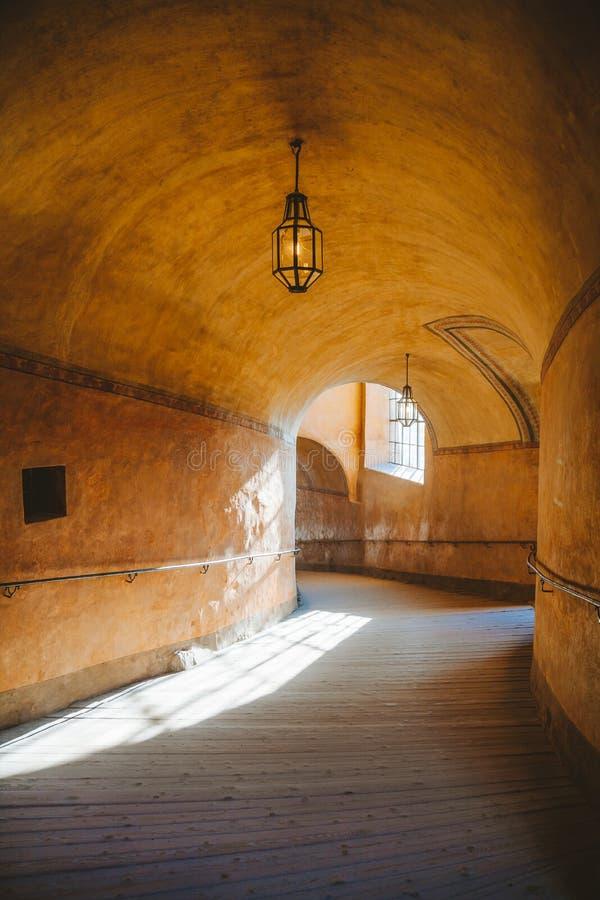 corridoio vuoto nel famoso Cesky Krumlov all'alba, Bohemia, Repubblica ceca fotografia stock