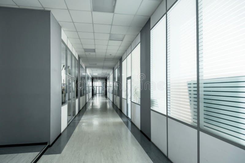 Corridoio vuoto nell'edificio per uffici moderno fotografia stock libera da diritti