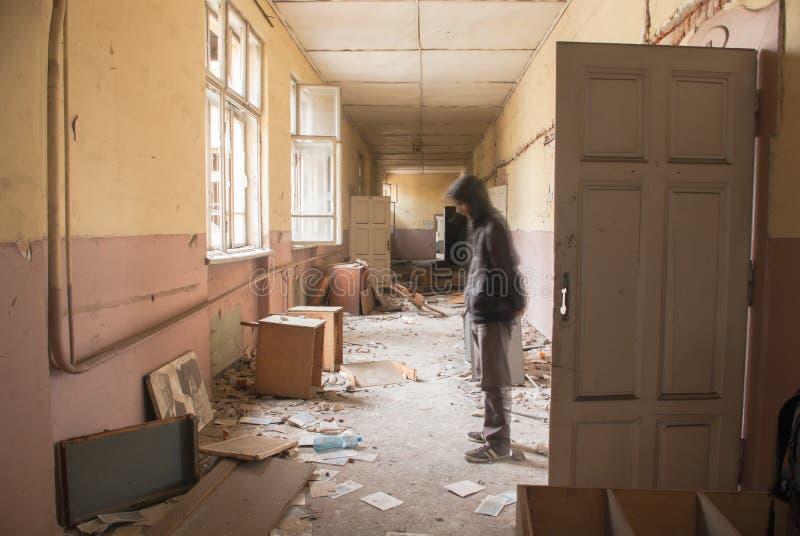 Corridoio vuoto sporco all'edificio scolastico abbandonato fotografia stock libera da diritti