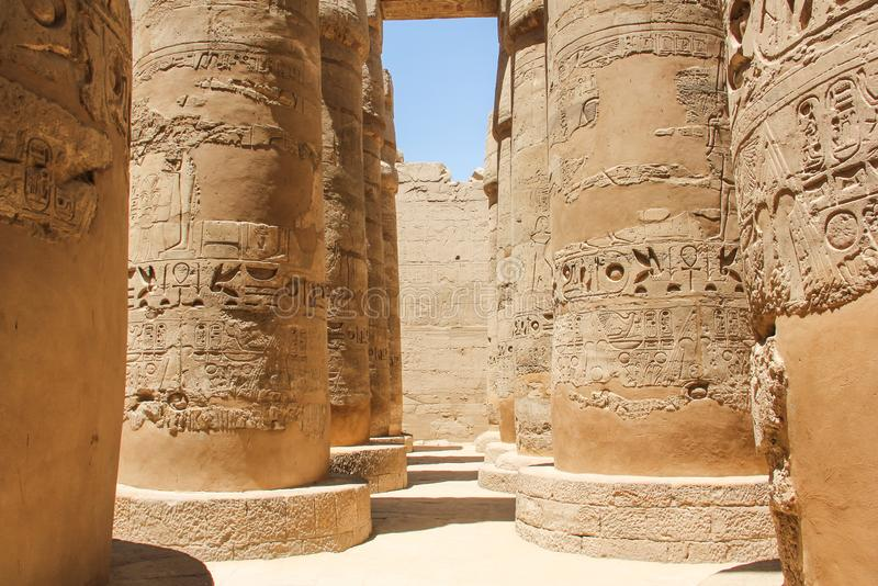 Corridor of large pilars, hiërogliefs carved on Kolommen of the complex of the Karnak temple royalty-vrije stock afbeelding