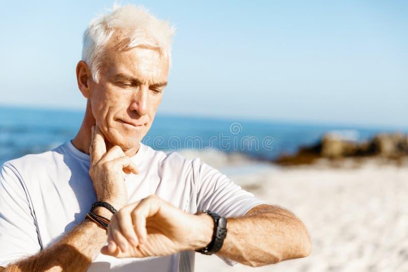 Corridore che controlla il suo impulso di frequenza cardiaca immagini stock libere da diritti