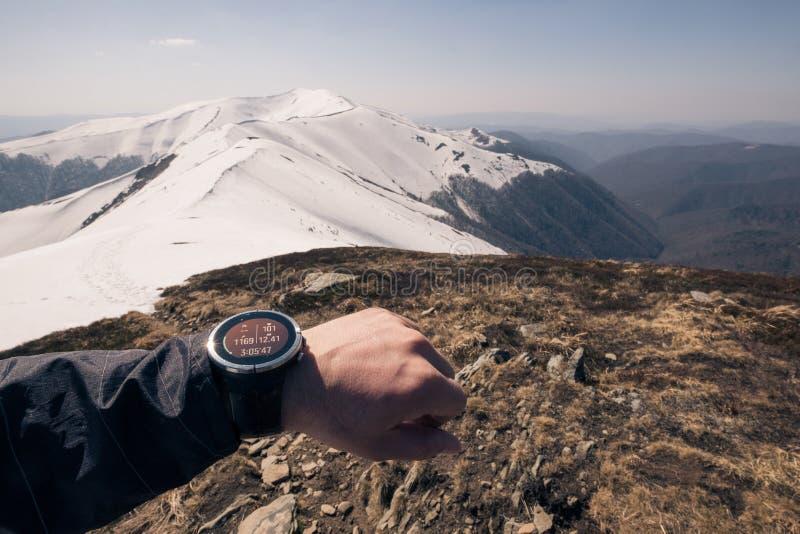 Corridore che controlla progresso sull'orologio astuto fotografia stock