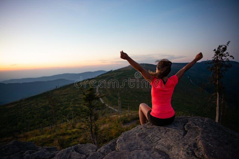 Corridore del paese trasversale della donna sulla cima della montagna ad estate immagine stock