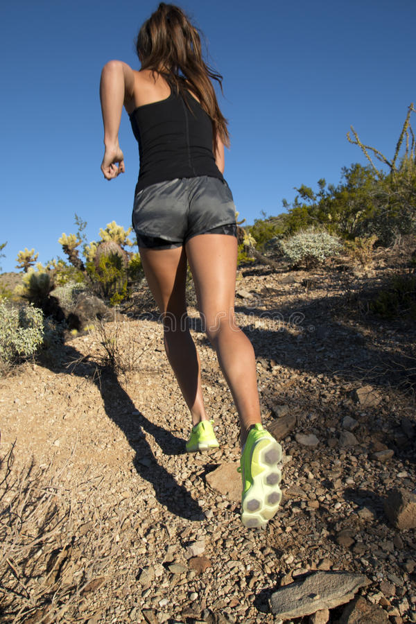 Corridore della femmina della traccia di montagna del deserto fotografia stock