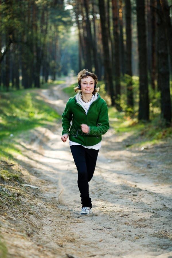 Corridore della ragazza nella foresta fotografia stock libera da diritti