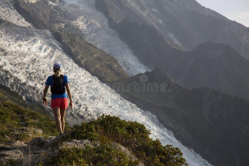 Corridore della traccia sul Monte Bianco immagini stock libere da diritti