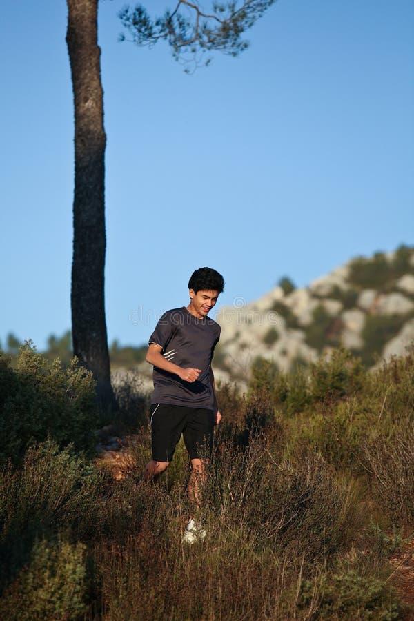 corridore maschio bello pareggiante di paesaggio immagini stock libere da diritti