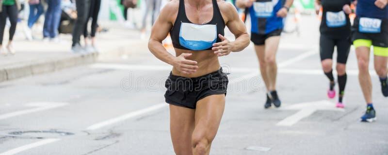 Corridore muscolare irriconoscibile all'aperto Funzionamento interurbano Colore blu immagini stock