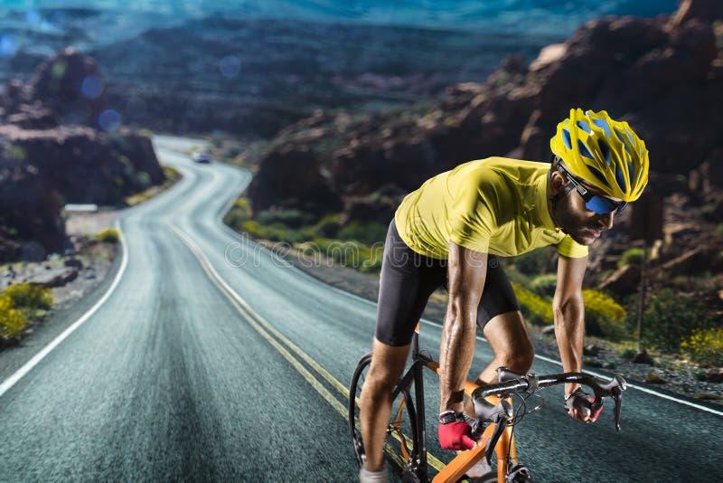 Corridore professionista della bicicletta della strada nell'azione fotografia stock