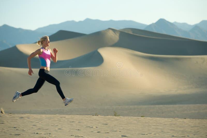 Corridore sulle dune fotografia stock