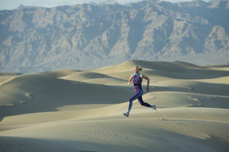 Corridore sulle dune di sabbia fotografie stock libere da diritti