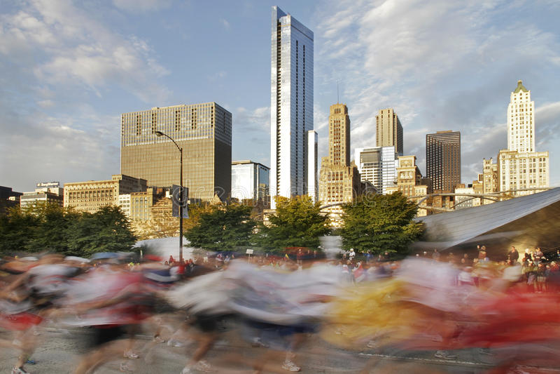 Corridori nella sfuocatura ad un inizio della maratona 2009 del Chicago fotografia stock libera da diritti