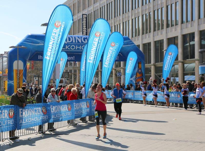 Corridori vicino all'arrivo alla maratona di Hannover fotografia stock libera da diritti
