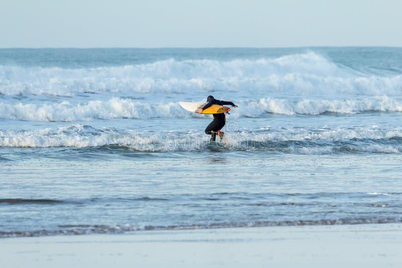 Corriendo en resaca, playa de Fistral, Newquay fotos de archivo libres de regalías