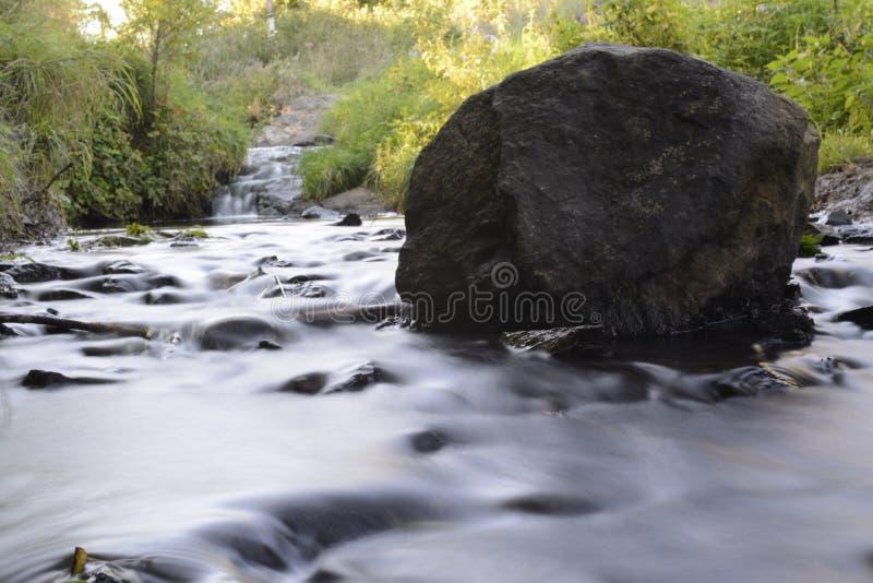 Corriente con las rocas fotos de archivo
