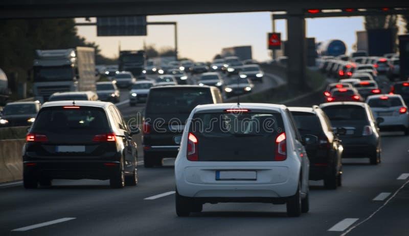 Corriente de coches, de la congestión y del atasco en la hora punta en la f foto de archivo libre de regalías
