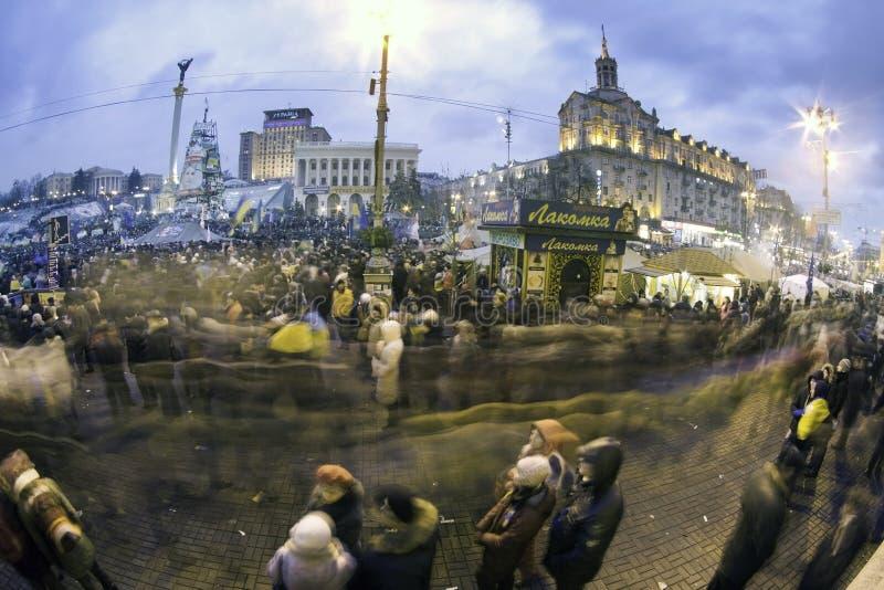 Corriente de la gente en Maidan foto de archivo
