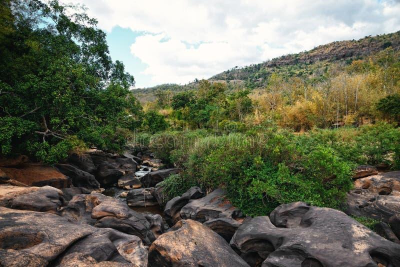Corriente del río con las rocas imagen de archivo