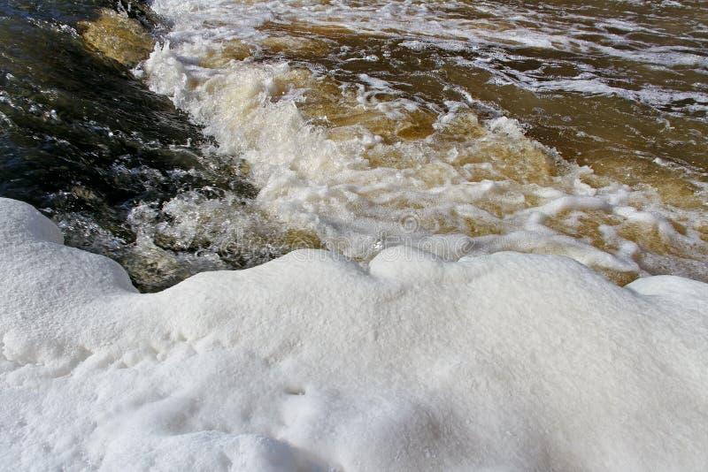 Pequeño río en estación de primavera. fotografía de archivo libre de regalías