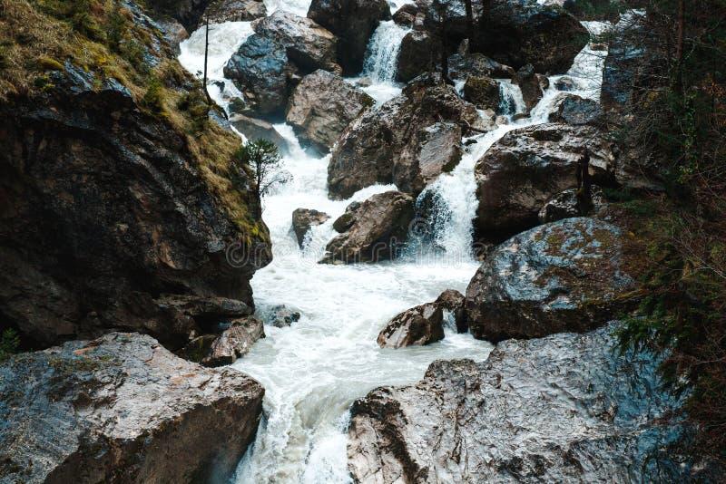 Corriente del río en montañas acantiladas fotografía de archivo libre de regalías