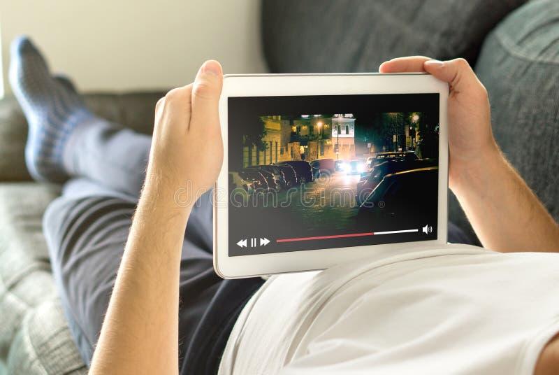 Corriente en línea de la película con el dispositivo móvil imagen de archivo libre de regalías