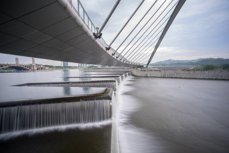 Corriente en la presa de Putrajaya fotos de archivo