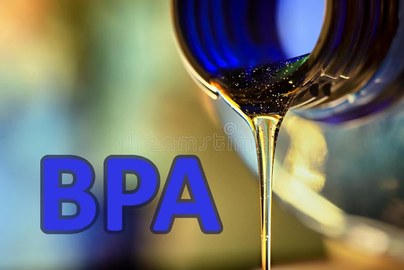Corriente plástica de la botella y del líquido Bisphenol, foto plástica LIBRE del texto BPA fotografía de archivo libre de regalías
