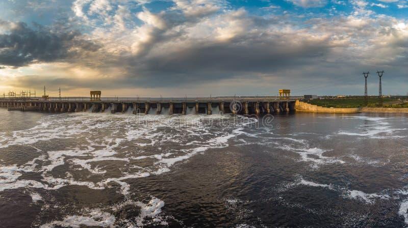 Corriente potente de las ca?das del agua del obturador en la presa, hidroel?ctrica imágenes de archivo libres de regalías