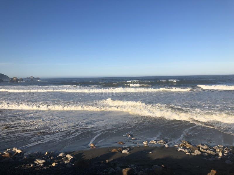 Corrientes de la playa de Rockaway en la rotura de la orilla foto de archivo