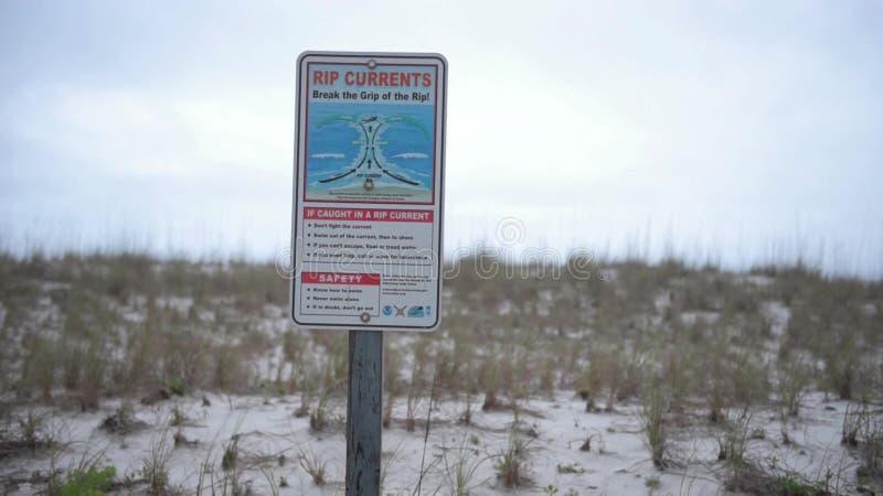 Corrientes de rasgón Rompa el apretón del rasgón Firme en la playa en Pensacola, la Florida almacen de metraje de vídeo