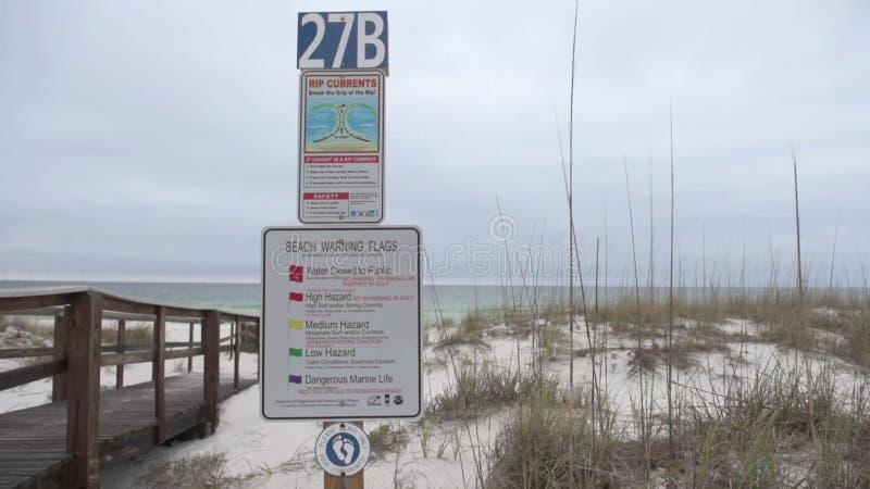 Corrientes de rasgón Rompa el apretón del rasgón Firme en la playa en Pensacola, la Florida almacen de video