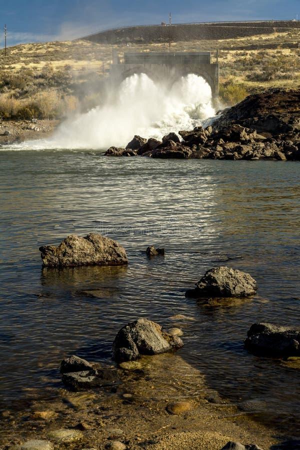 Corrientes de una presa de Idaho en Boise River foto de archivo libre de regalías
