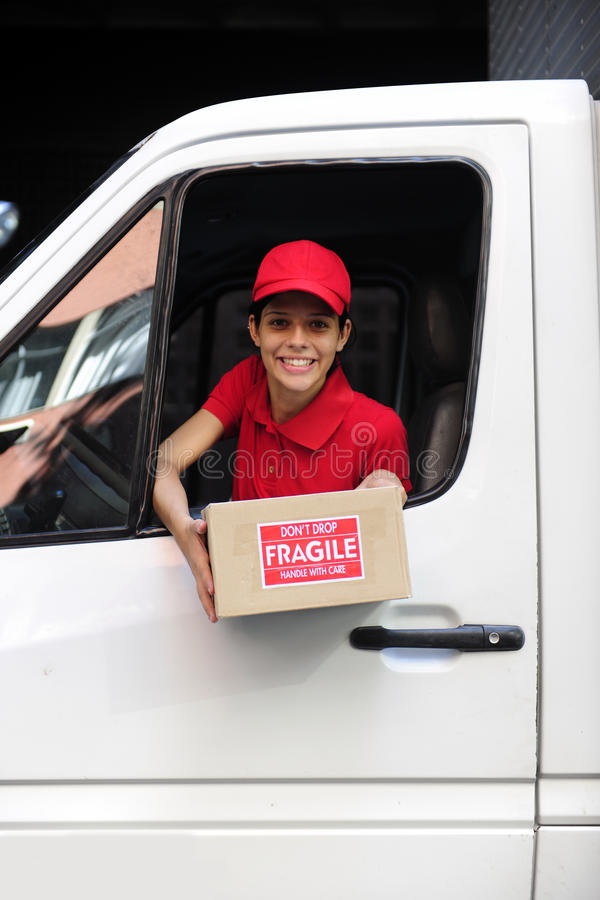 Corriere di consegna in camion con il pacchetto fotografia stock