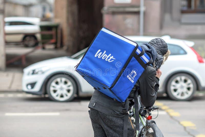 Corriere di consegna dell'alimento di Wolt con la bicicletta fotografie stock libere da diritti