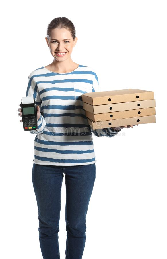 Corriere sorridente con i contenitori di pizza ed il terminale di pagamento immagini stock libere da diritti