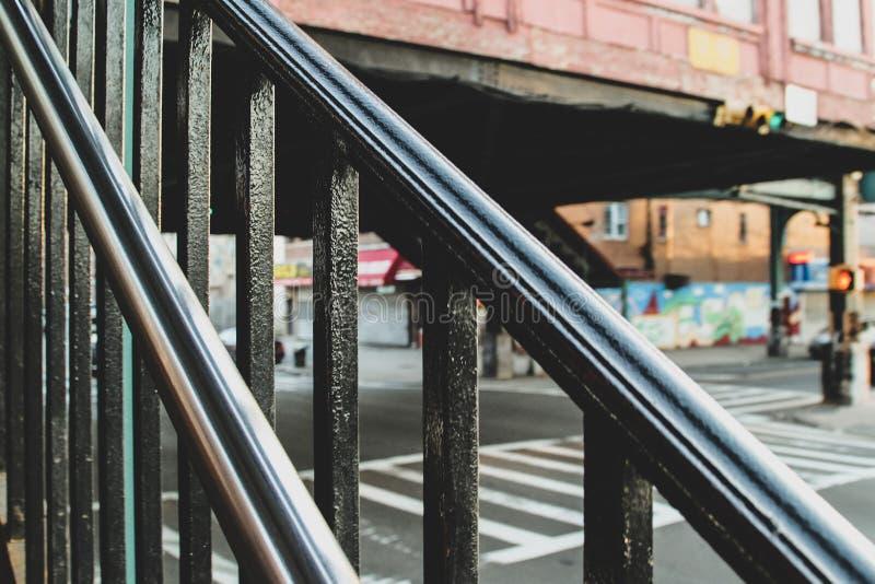 Corrimão lisos do metal na entrada do metro em Brooklyn imagem de stock royalty free