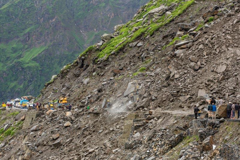 Corrimento na estrada na área da passagem de Rohtang, Himachal Pradesh de Manali - de Leh, Índia imagem de stock