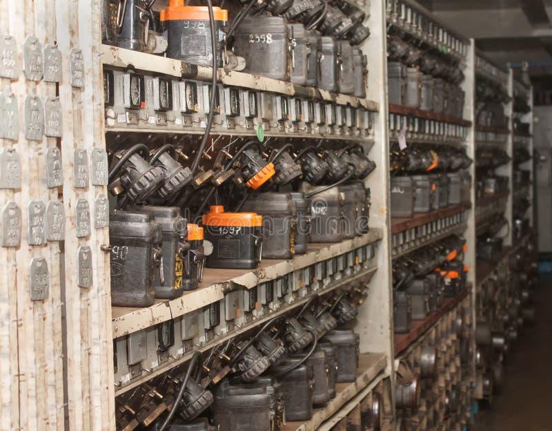 Corrisponda al carico e ad immagazzinare delle lampade dei minatori fotografia stock