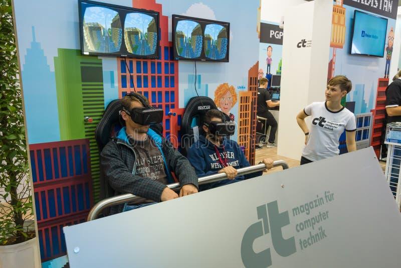 Corrisponda all'attrezzatura difficile di realtà virtuale, spaccatura dell'occhio immagine stock libera da diritti